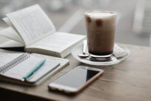 Kaffee und Handy
